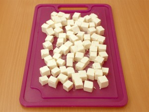 Сыр фета режем на кубики.