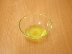 Займемся приготовлением соуса: Лимонный сок перемешать с маслом. Добавить по вкусу соль и перец.