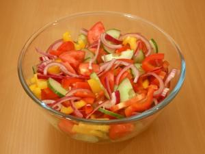 В салатник выкладываем томаты, огурчики, перчик и лучок.