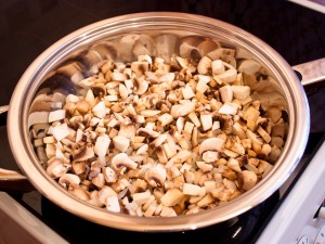Закладываем грибочки, жарим десять минут. Добавить немного соль.