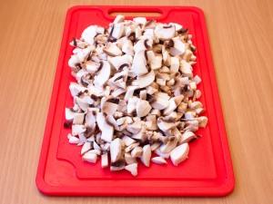 Режем грибы на небольшие кусочки.