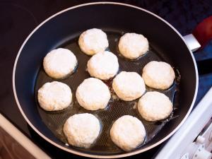 Залить в сковородку немножко масла. Разогреваем. Делаем выкладку сырников. Включаем средний огонь, жарим до золотистой корочки. По моему времени примерно десять минут.