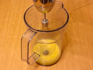 В первую очередь займемся желтками. Соединяем горчицу, сахар, соль и желтки. Все ингредиенты взбиваем.