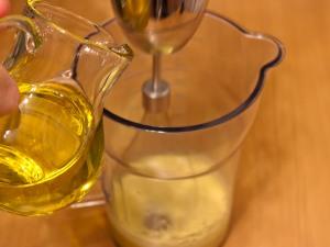 Потихоньку, по чайной ложечке, заливаем масло, не останавливаясь продолжаем взбивание.