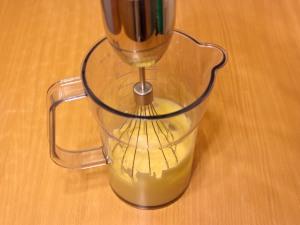 Взбивайте до тех пор, как смесь примет однородную массу. После этого добавляем остальное масло и хорошенько взбиваем. Так же добавляем лимонного сока, взбиваем.