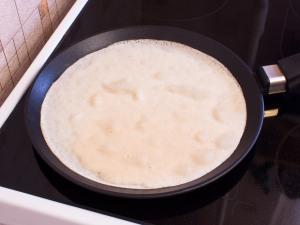 Разогреваем сковородку, смазываем растительным маслом. В центр сковородки заливаем теста. Круговым движением руки, распределяем тесто по всей сковородке. Жарим пока нижняя часть блина не подрумянится. Как поджарится, переворачиваем.