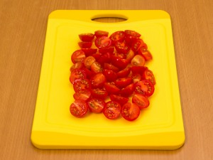 Томаты черри порезать на две половинки. Если вы используете обычные томаты, режем не крупными дольками.