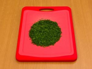Займемся изготовлением блинчиков. Порежем на мелкие части зелень.