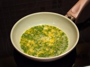 Смазываем растительным маслом сковородку. Приготовленную массу, обжариваем как блины, одну сторону. Можно испечь один блин, или разделите массу на два - три блина.