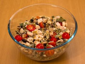 Перемешиваем ингредиенты из грибов, филе, томатов, блинов. По вкусу добавить соль.