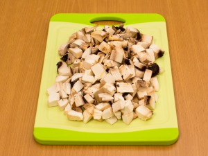 Порежем на мелкие части грибы.