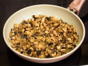 Заложить грибочки, добавить немного соль, перец. Жарим десять - пятнадцать минут.