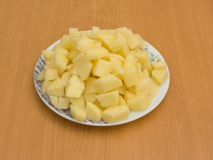Чистим картошку, режем на кубики.