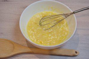 Первым делом берем блюдо, разбиваем туда яйца. Закладываем сахарный песок с солью, разрыхлителя. Рекомендую использовать именно разрыхлитель вместо соды. Без соды, блины будут получаться нежнее. Взбиваем эти ингредиенты до однородной массы.