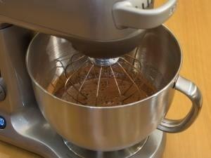 Добавляем какао, осторожно все перемешиваем.