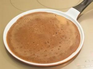 Разогреваем сковородку, немножко смазываем маслом. В центр сковородки наливаем приготовленное тесто. Круговыми движениями руки, распределяем тесто по сковороде. Как только блинчик снизу зажарится, переворачиваем его.