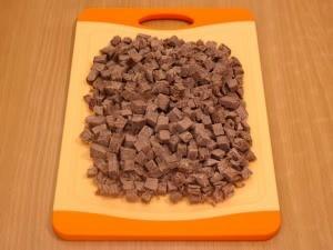 Когда мясо остыло, режем его на небольшие кубики.