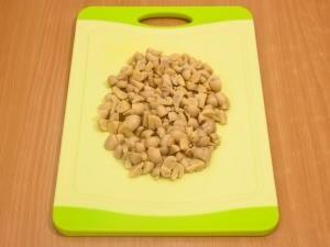 Оставляем немножко грибочков, чтобы украсить салат. Остаток грибов режем на мелкие части.