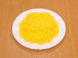 Через мелкую терку нужно протереть сыр.