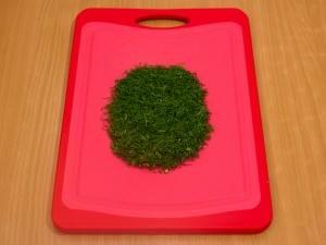 Режем на мелкие части зелень.