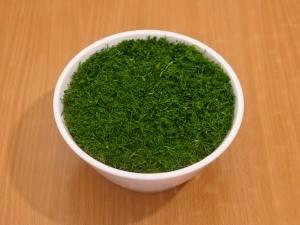 Берем салатницу, выкладываем салат, сверху посыпаем зелень. Верх украшаем грибами, которые заранее отложили.