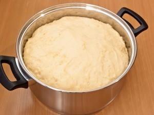 Опять убираем тесто в тепленькое местечко. Наше тесто должно хорошенько поднятым. Для этого потребуется примерно пятьдесят - шестьдесят минут.