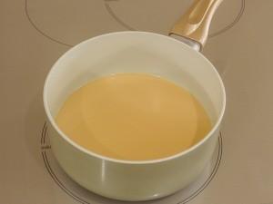 В первую очередь греем молоко. Нагреть нужно немного, чтобы было тепленьким.