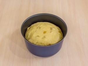 Смазываем растительным маслом форму. Выкладываем туда тесто на одну/треть от высоты формы.