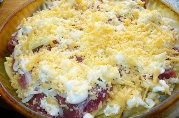 Добавляем немножко майонез, можно сметану. Через среднюю или мелкую терку протираем сыр, посыпать сверху. Теперь можно отправлять наше блюдо готовиться.