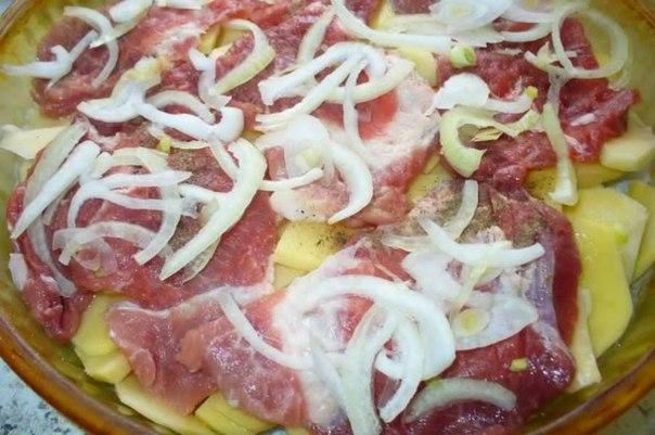 Раскладываем нарезанный лук на поверхность мяса.