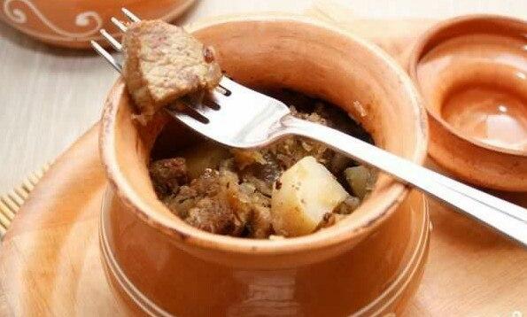 Свинина с картошкой в духовке в горшочке