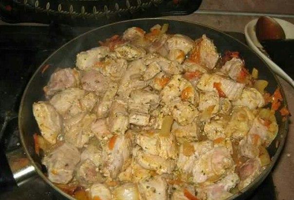 Следующим шагом нужно вымыть мясо. Порезать на небольшие кусочки, обжарить немножко вместе с луком и морковью.