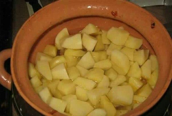 Моем, чистим картофель, режем на кубики. Разложить в горшочки, залить воды, чтобы она покрыла картофель. Горшочки закрыть крышкой, убираем в духовку, начинаем готовить. Температура должна быть 200С. Время приготовления около сорока пяти минут. После этого времени ваше блюдо готово.