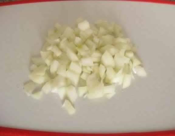 Чистим лук с чесноком, режем на мелкие кубики.