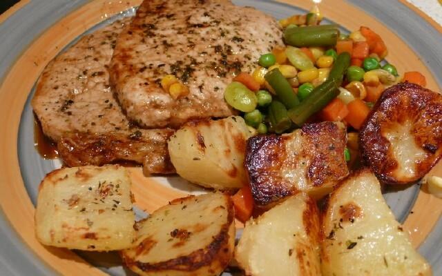 Свинина, запеченная в духовке с картофелем