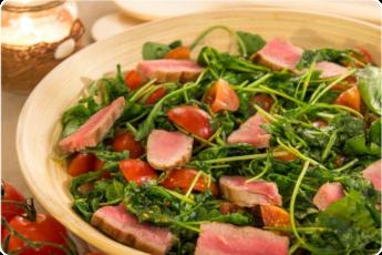 Салат с тунцом, рукколой и черри