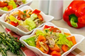 Салат с говядиной, кольраби и помидорами