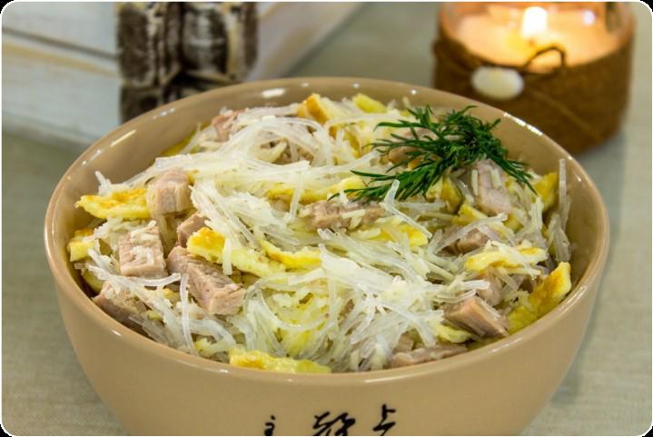 Салат со свининой, фунчозой и яичными блинчиками