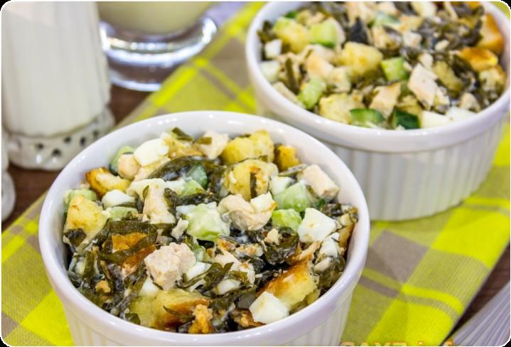 Салат с морской капустой, куриным филе и сухариками