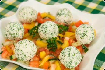 Овощной салат с шариками из феты и маслин