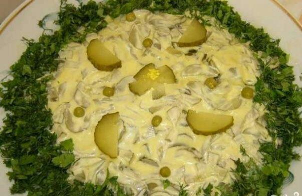 Куриный салат с солеными огурцами