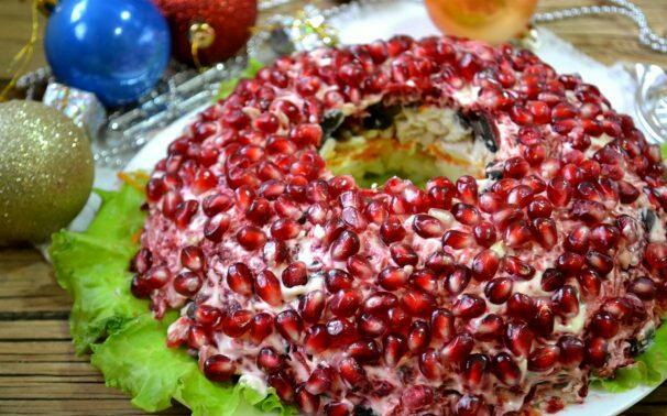 Салат Гранатовый браслет с грибами и курицей