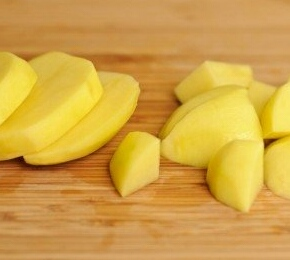 Картошку чистим, промываем, режем на небольшие кубики.