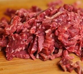 Режем на кусочки мясо, потом рубим его полосочками.