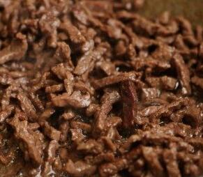 Хорошо нагреваем сковородку, налить растительного масла, нагреваем, обжариваем в коричневый цвет, перемешивая.