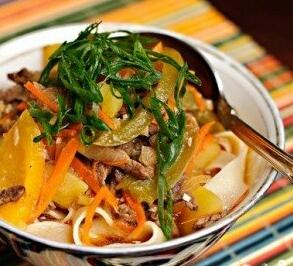 Приготовленная лапша выкладывается в глубокую тарелку. Положить мяса с овощами, заливаем бульона.