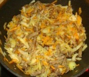 Промываем овощи, чистим. Морковку протираем через крупную терку. Луковицу режем на полукольца. Компоненты из овощей закладываем к мясу, обжариваем всё вместе.