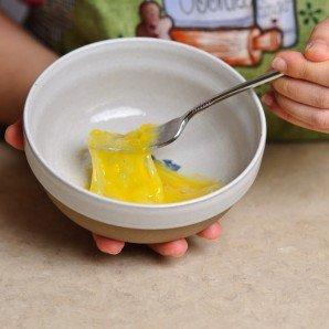 После этого времени, взбиваем яйцо, в небольшом количестве воды.
