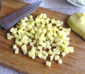 Картошку промываем, чистим, режем на мелкие кубики.