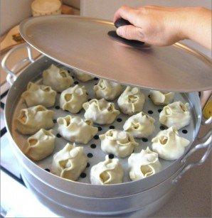 Выкладывем приготовленые манты на уровни, заранее смазываем маслом, отправляем на плиту (вода в этот момент должна закипеть). Спустя сорок пять минут манты по-узбекски в домашних условиях приготовятся. Можно кушать. Приятного аппетита!